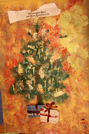 Letter-ID.  von Weihnachtsbaum mit Geschenken und Christbaumschmuck aus Uniformen, Laura Brauner